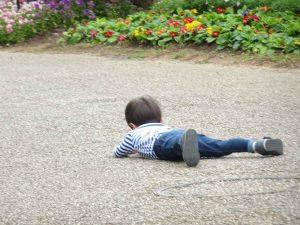 転んだ男の子